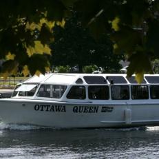 Un bateau électrique sur le Canal Rideau
